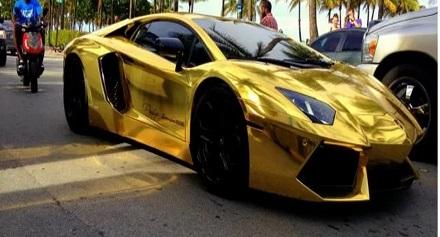 بالفيديو: سيارة مصنوعة من الذهب ثمنها 3 ملايين جنيه.. صاحبها رياضي عربي معروف