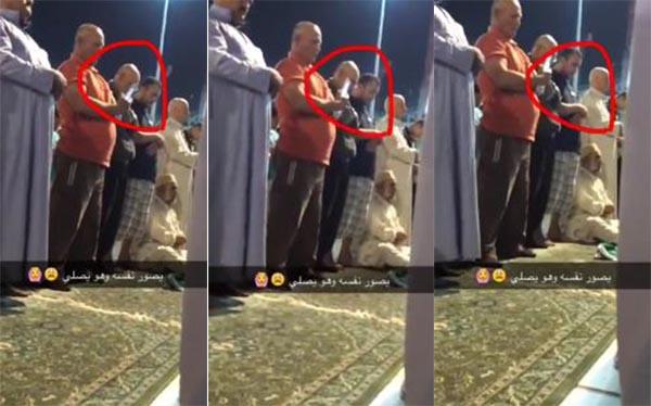بالفيديو: مصلٍّ يصور نفسه سيلفي أثناء أدائه صلاة التراويح بالمسجد