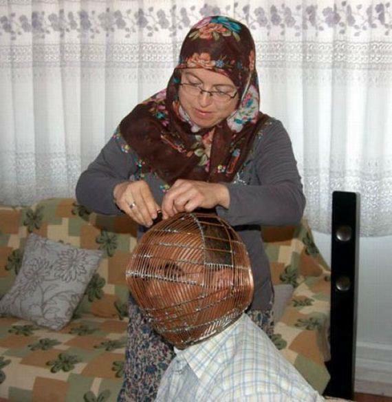 بالصور.. رجل تركي يحبس رأسه داخل قفص حديدي ويعطي مفتاحه لزوجته من أجل التوقف عن التدخين !!