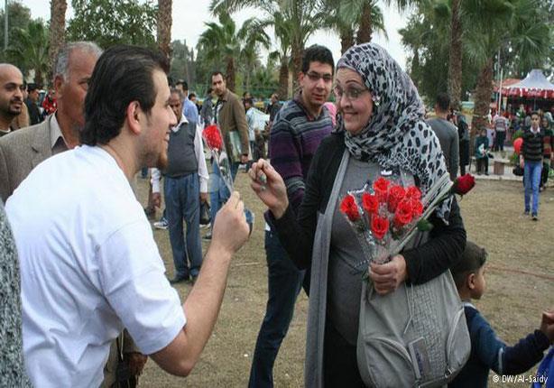 """""""ممكن أديك وردة؟"""": مبادرة شبابية ضد التحرش"""