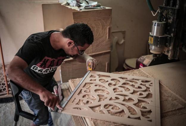خريجان يتحديان الإعاقة ويديران ورشة بغزة