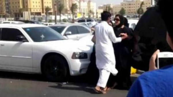 بالفيديو: فتاة تنزل من سيارتها لتضرب شاباً تحرش بها