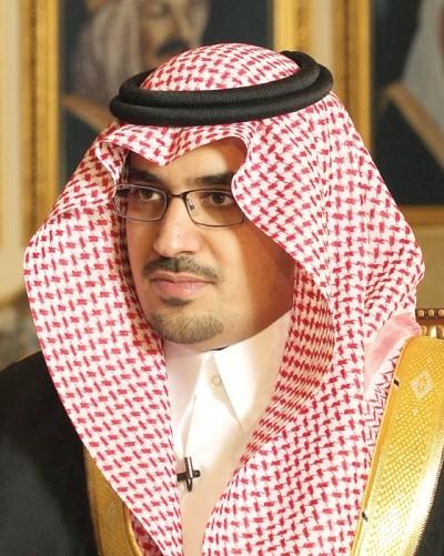 نواف بن فيصل ينشر صورة حديثة للملك سلمان التقطت خلال إجازته خارج المملكة