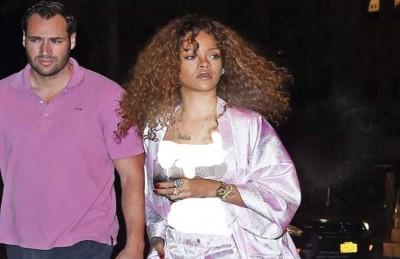 ريهانا تتجوّل في الشارع بثياب النوم حاملة كأساً