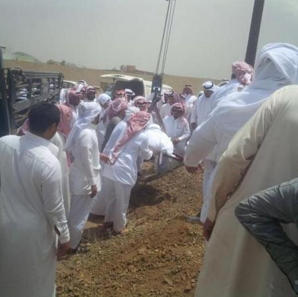 بالصور: عائلة سعودية تستعين برافعة لدفن ابنها
