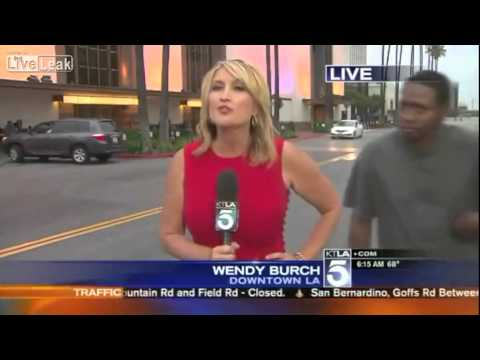 شاهد بالفيديو .. ماذا فعل شاب بمذيعة على الهواء؟