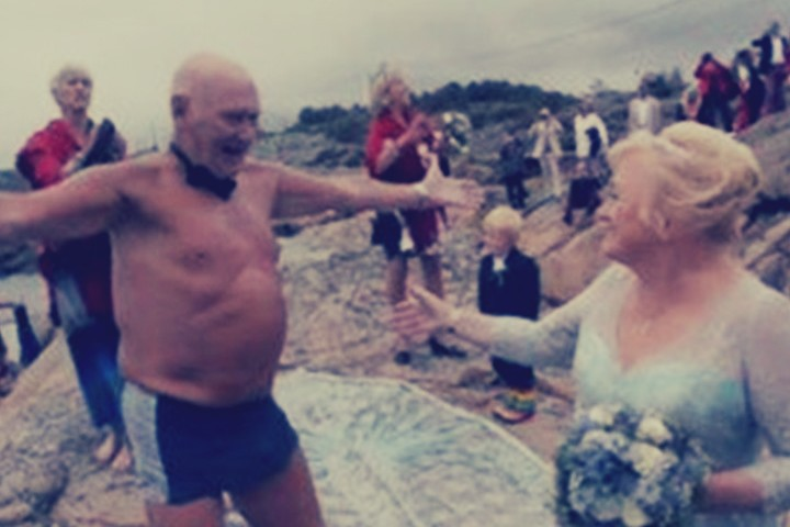 عجوز يسبح في المياه الباردة للفوز بقلب عروسه في الستين من عمرها: 800 متر في درجة حرارة الماء 14