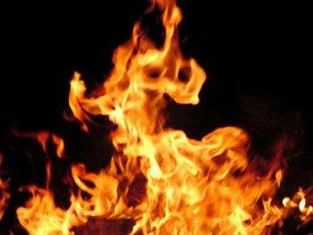 زوج يشعل النار في زوجته بسبب الغيرة