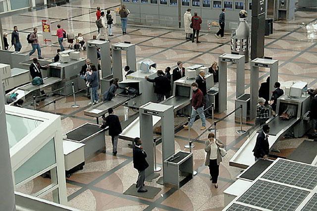 آلة كشف المعادن بالمطار تُظهر مفاجأة في بطن حاج عمرها 15 عام