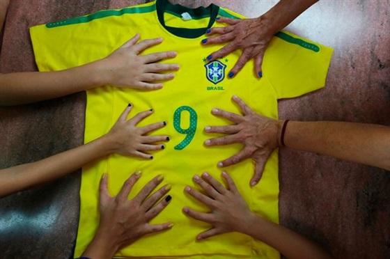 بالصور: أفراد عائلة واحدة يملكون 12 إصبع في اليدين والقدمين