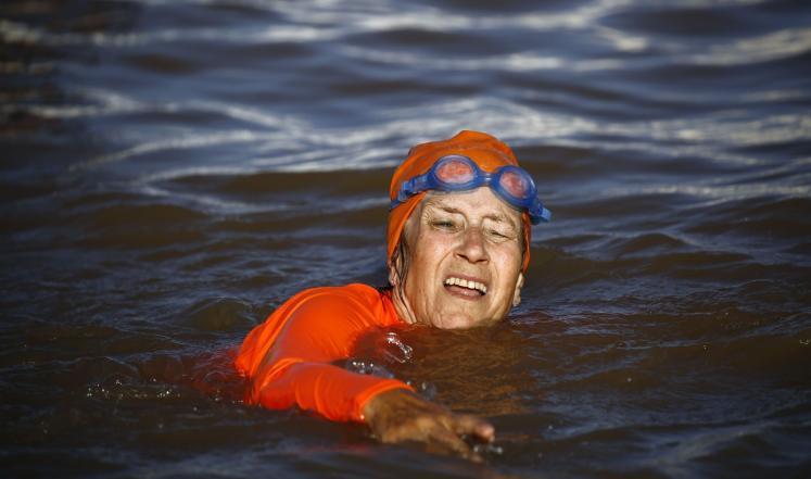 بالصور: بسبب رهان فيسبوك.. سفيرة هولندا في السودان تعبر النيل سباحة