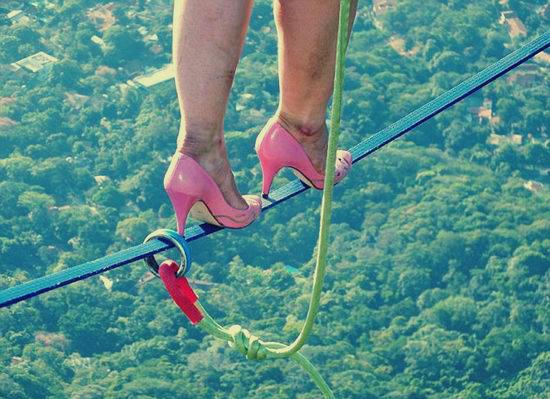 شاهد :  صور ترصد قيام فتاة بأخطر مغامرة نسائية: المشي على الحبل فوق سطح البحر بـ«الكعب العالي»