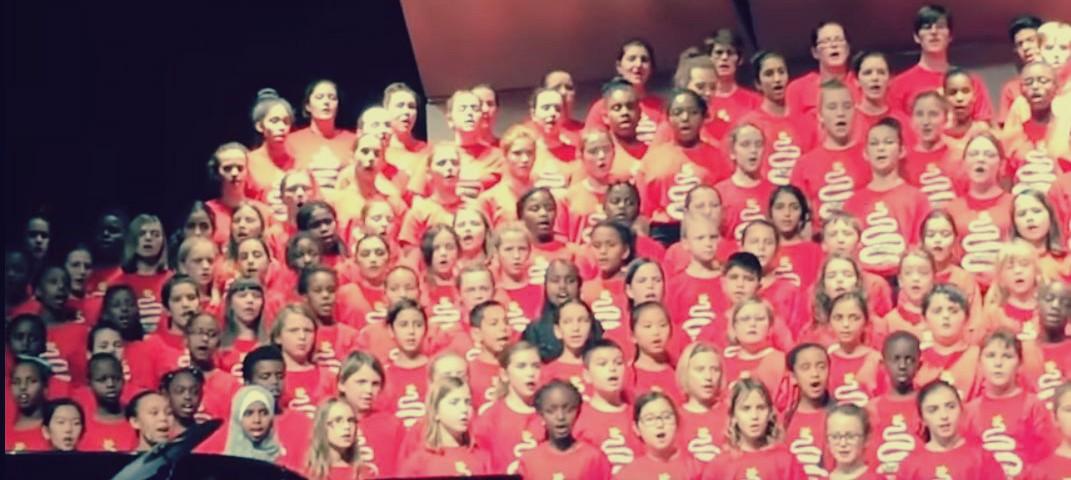 """أطفال كندا يستقبلون اللاجئين السوريين بالغناء: """"طلع البدر علينا من ثنيات الوداع"""""""