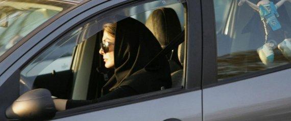 """إيران تصادر آلاف السيارات لعدم ارتداء النساء """"حجاباً لائقاً"""""""