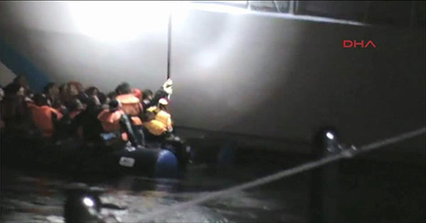 فيديو لجندي من خفر سواحل اليونان يحاول إغراق قارب مطاطي يقل لاجئين سوريين