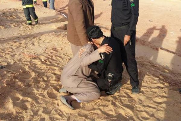 صورة رجل أمن يواسي سعودياً فقد عائلته تشعل تويتر