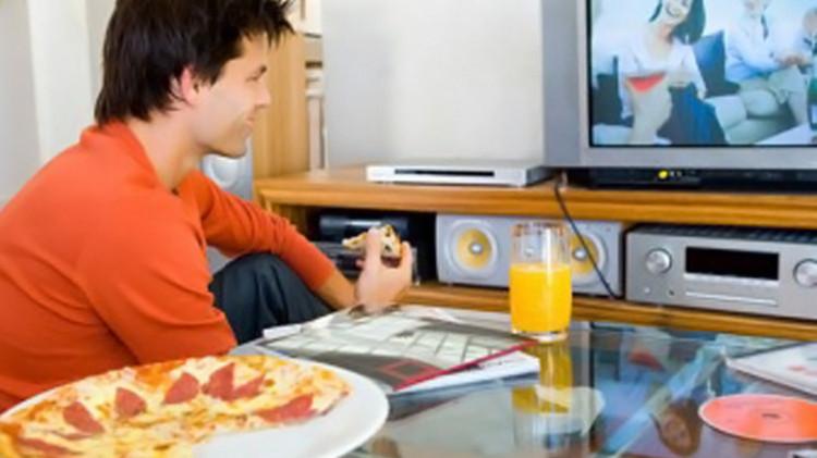 الأطباء ينصحون بعدم الجمع بين تناول الطعام ومشاهدة برامج التلفزيون