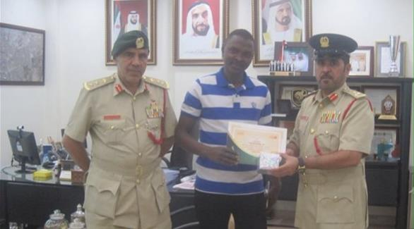 بالصورة: دبي تكرم سوداني سلّم شيكاً بقيمة 126 ألف درهم للشرطة