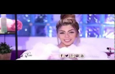مذيعة مصرية تقدّم برنامجها من داخل البانيو