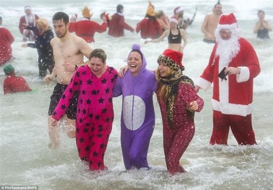 بالصور.. البريطانيون يحتفلون بالكريسماس بالسباحة في المياه الباردة