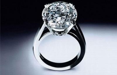 رجل ألقى خاتم ألماس بقيمة 400 ألف دولار بالقمامة