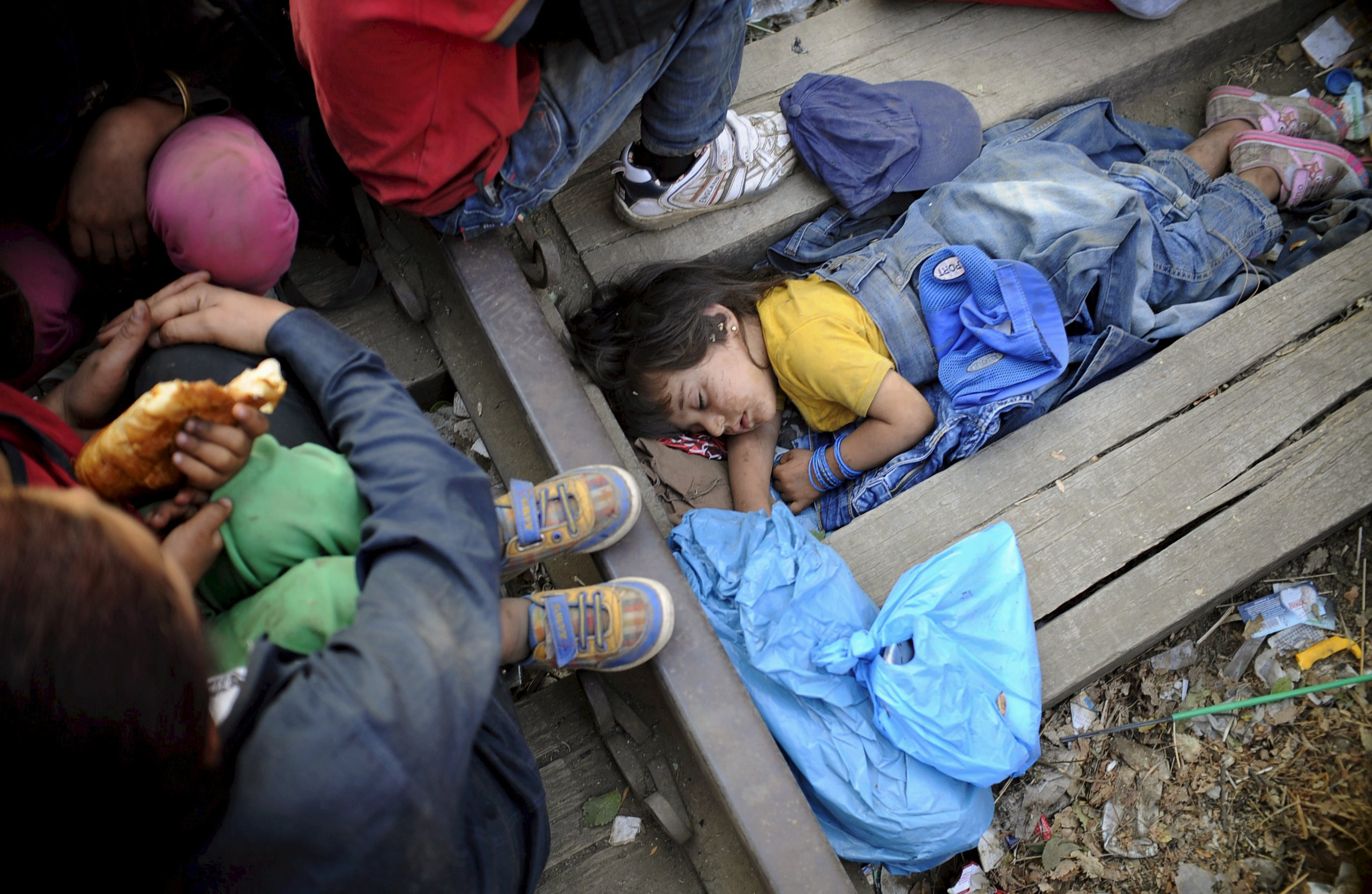 """Four-year-old Rashida from Kobani, Syria, part of a new group of more than a thousand immigrants, sleeps as they wait at border line of Macedonia and Greece to enter into Macedonia near Gevgelija railway station August 20, 2015.  REUTERS/Ognen Teofilovski   SEARCH """"YEAREND 2015: MIGRANT CRISIS"""" FOR ALL 55 PICTURES      TPX IMAGES OF THE DAY"""