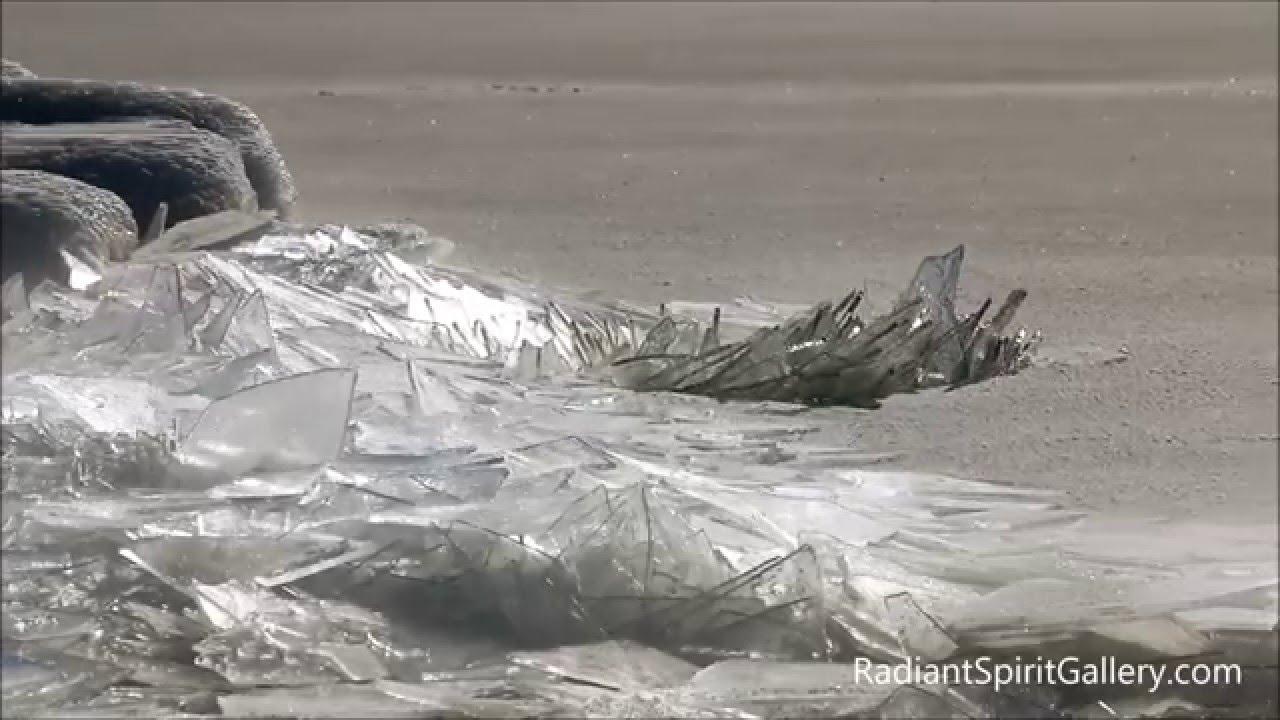 شاهد بالفيديو ..في ظاهرة غريبة قطع من الزجاج تكسو شاطئ البحر