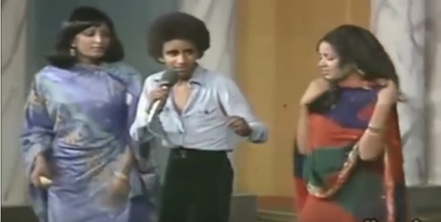 """فيديو: صبي يتوسط راقصتين يؤدي الاغنية السودانية """"أزيكم""""مع فاصل مدهش من الرقص.. ما جنسيته؟"""