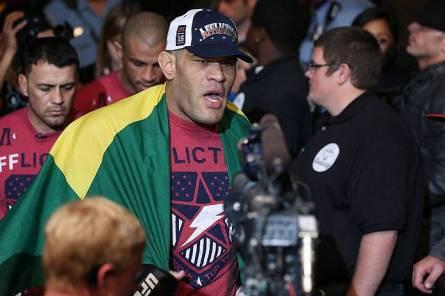 Pezão (foto) quer revanche contra Velasquez no UFC. Foto: Josh Hedges
