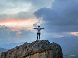 Chrześcijanin - człowiek stojący twardo na ziemi i patrzący w niebo