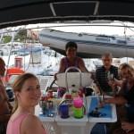 Velkomstkomitén! Erik, MP og Dean fra Canada har seilt en uke med modern og fadern. Først anker/velkommen dram - så middag ute!