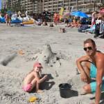 Onkel Snorre aka entreprenør har laget første sandslott for byggherre Maren. Frost slottet hvis noen lurte