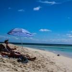 Noen slapper mer av på stranda enn andre. Ni-soling på ytterste flanke