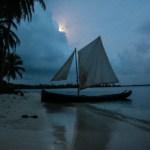 Argin har heist seil på Uluen sin, og er klar til å seile hjem igjen til Playon Chico etter Beachpartyet.