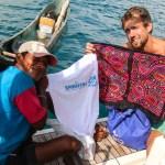 Argin, vår første indianervenn fikk en Spinnvill skjorte, og vi kjøpte to Molaer som konen hans hadde laget. Senere ble disse to til Spinnvills nye cockpittlampe