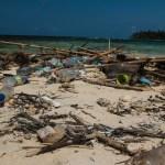 Plast og annen søppel blir skyldt i land i store mengder på disse paradisøyene.... Et trist og nedtrykkende syn.