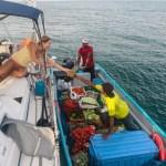 Grønnsaksbåten kommer med ukas ferske varer.