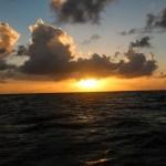 Bølgedalbanen har lagt seg og vi kan nyte en herlig solnedgang på havet på vei til San Andres.