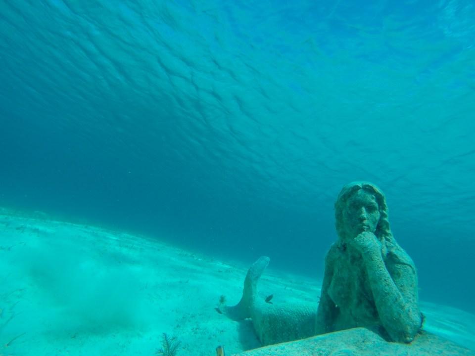 Kult at noen finner på å senke ned kunst for ivrige snorklere :)