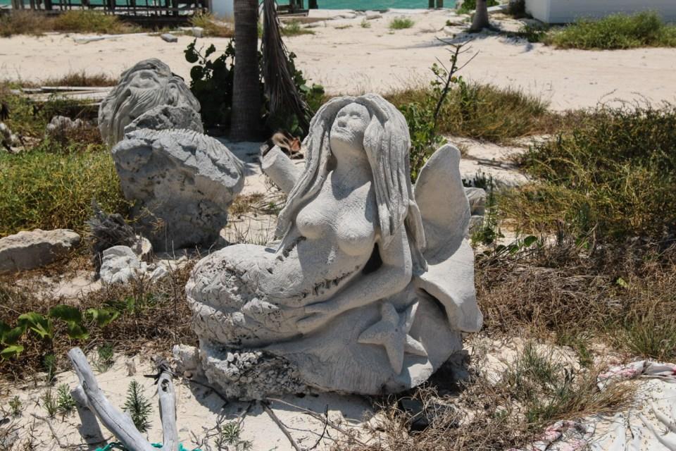 Restene igjen fra en engang vakker skulpturert marina tilhørende Bobbys familie. Trist syn.
