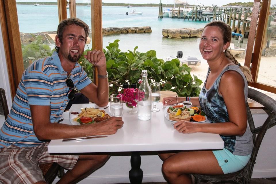 Bursdagslunsj på den lekre yachtklubben på Staniel Cay.