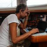 Skippern gjør sine daglige gjøremål: laster ned og tolker vær.