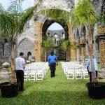 Duket for bryllup i en kirkeruin i St Georges.