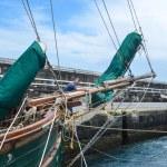 Fortøyning i Horta, Faial, Azorene, inntil en diger skute fra St Vincent and The Grenadines.