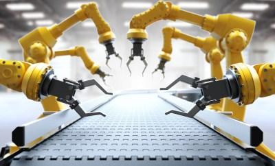 Roboter Arme am leeren Fließband