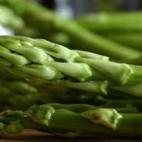 Rezept der Woche: Grüner Spargel | Misobutter | Pochierte Eier