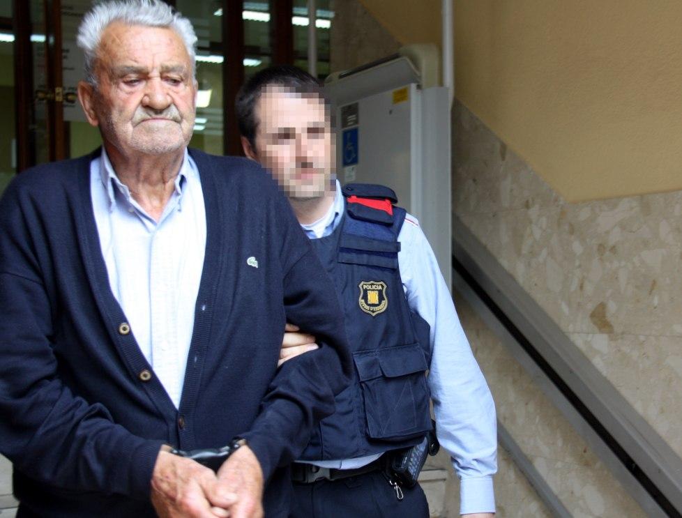 Pla mig del veí de Bellpuig acusat de matar el seu gendre sortint dels jutjats de Cervera per ser traslladat a la presó, l'1 d'abril de 2016. (Horitzontal)