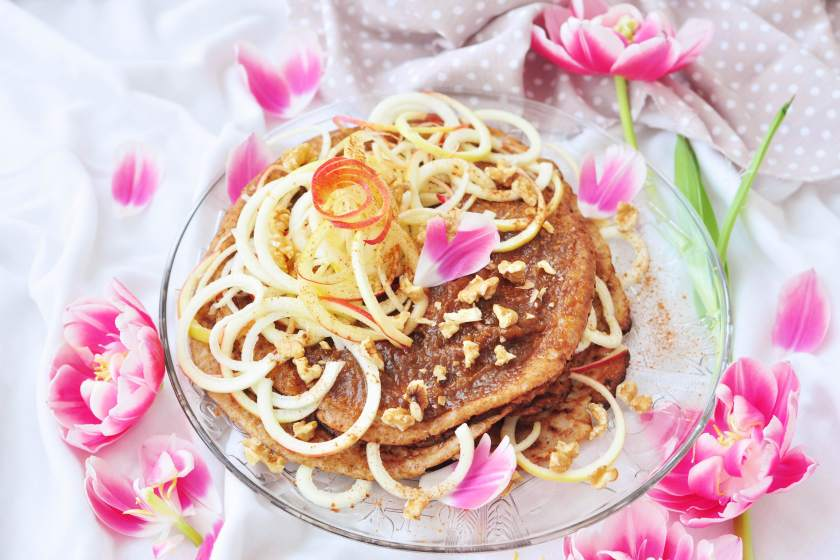Stacked_pancakes_with_ginger_filling_and_twisted_apple_5
