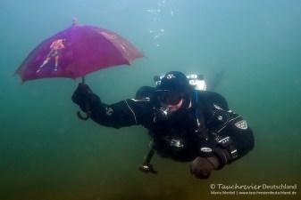 Taucher mit Schirm, Tauchen im Parsteiner See, Tauchen in Brandenburg