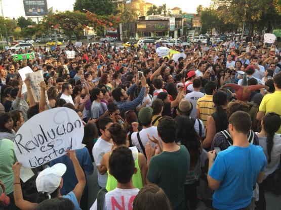Decenas de personas se congregaron frente a las oficinas de Televisa en Guadalajara, Jalisco (foto: Adrían Ramíguez)